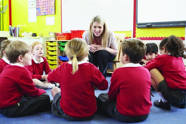 lerares leest voor aan groep