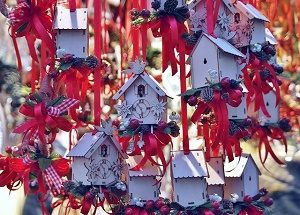 kerstdecoraties witte huisjes met rode linten