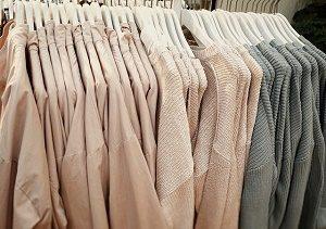 kledingrek met roze en grijze kledingstukken
