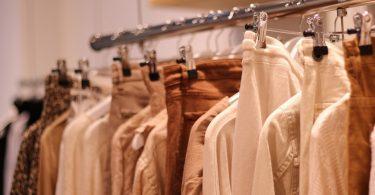 kledingrek met witte en bruine kleding
