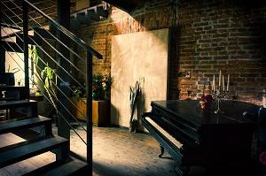 trap van ruimte met piano naar boven