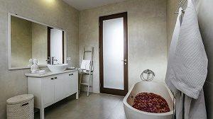 luxe badkamer met bad met rozenblaadjes