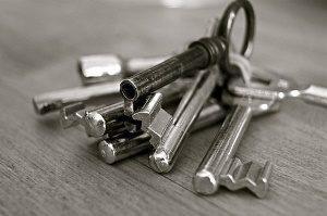 set sleutels op tafel