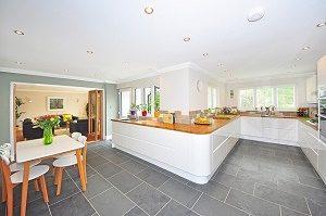 moderne keuken in wit met grijze vloer