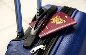 nederlands paspoort tussen handvat koffer