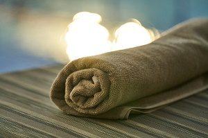 handdoek op de rand van zwembad
