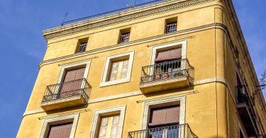 Spaans pand met balkons aan de voorkant