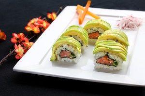 zalm sushi met avocado
