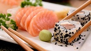 zalm sushi en sashimi op een bord