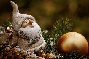 kerstmannetje in kerstboom