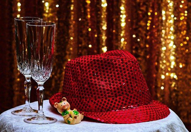 rode feesthoed met glitters en glas