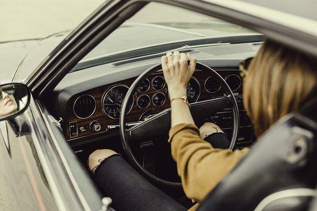 dame achter stuur