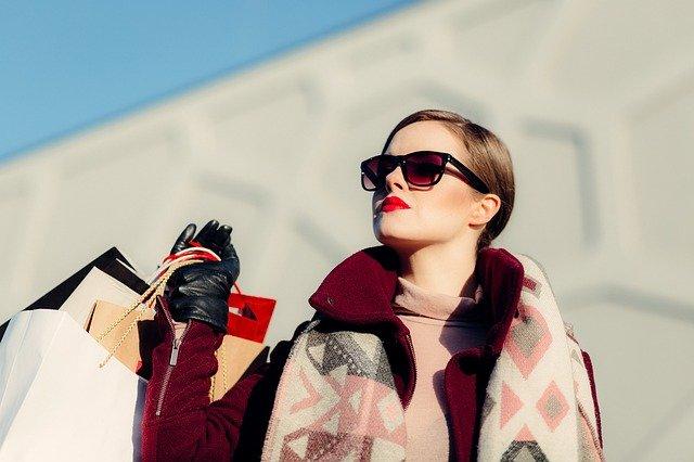 dame in zonnebril gaat shoppen