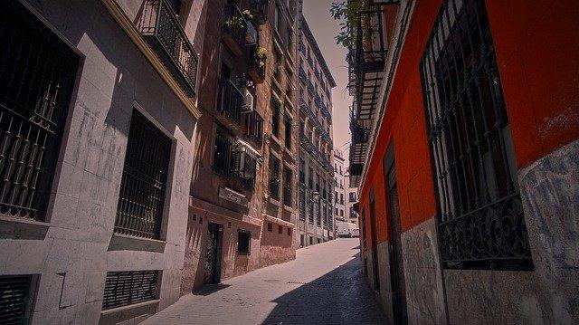 smalle, karakteristieke straatjes in barcelona