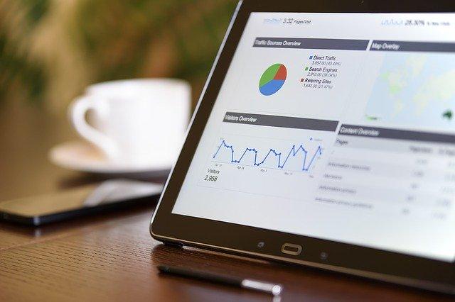tablet met grafieken op bureau