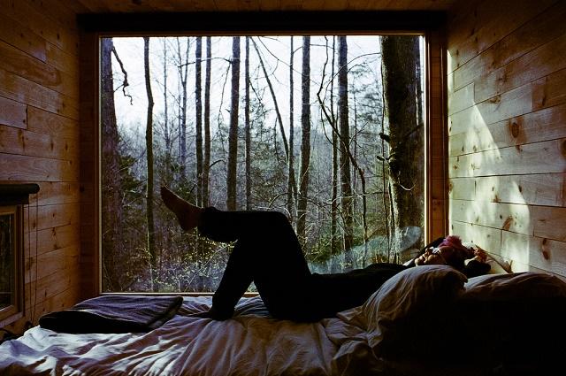 groot raam met bed ervoor