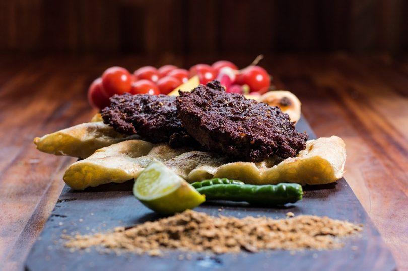 halal vlees met tomaat en kruiden