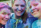 drie dames bedekt in verschillende kleuren poeder