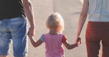 kindje aan de hand bij ouders