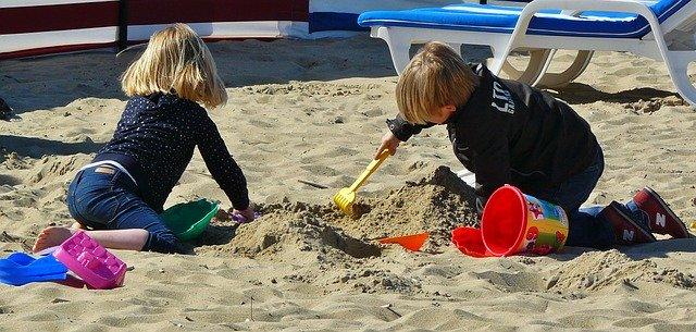 kinderen spelen in zand