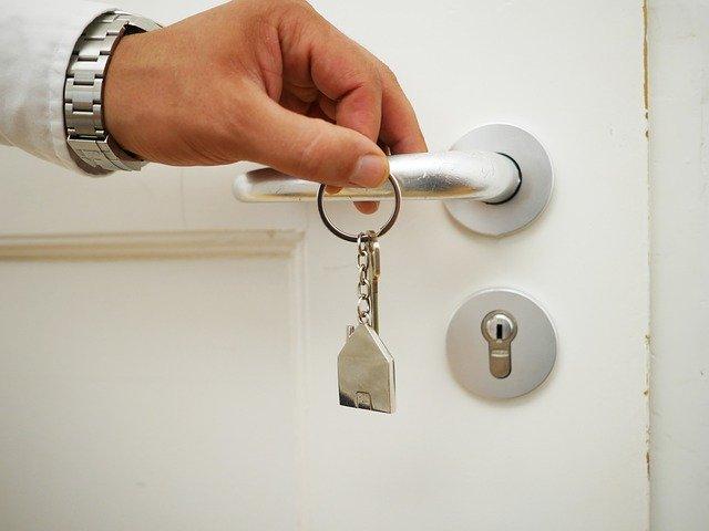 sleutel en hand aan deurklink