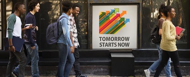 poster tomorrow starts now met voorbijgangers