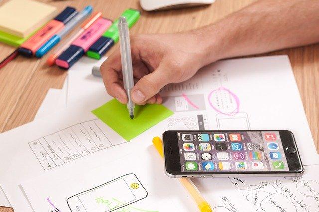 pennen, telefoon aan het werk