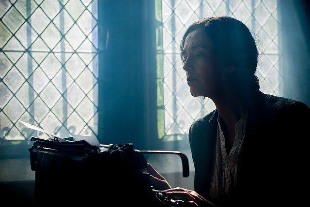 schrijfster met typemachine