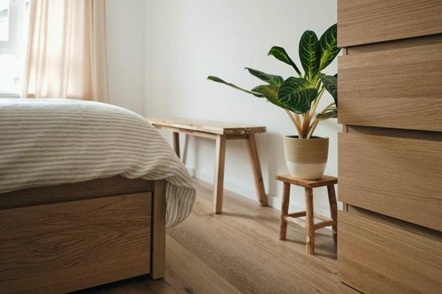 slaapkamer met bed, kast en plant