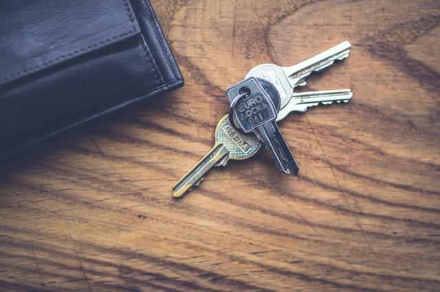 sleutels op houten blad