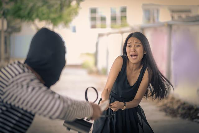 vrouw wordt van tas beroofd