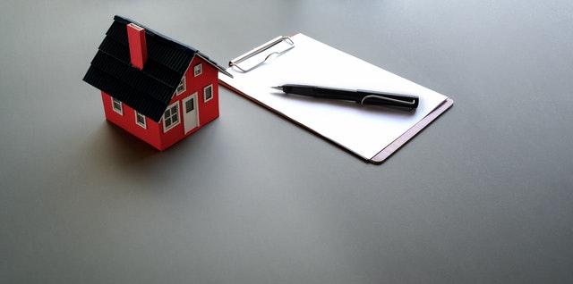 huisje met clipboard en pen