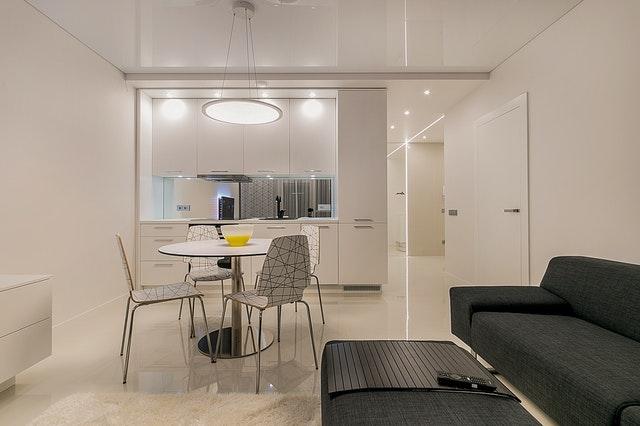 moderne woonkamer met keuken