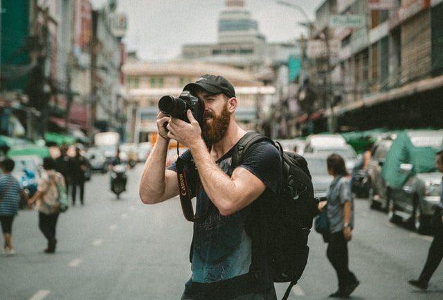 man met camera maakt foto