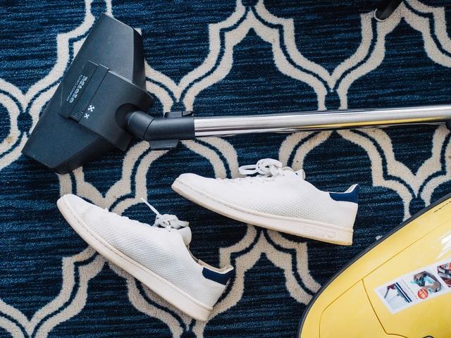 gympen en stofzuiger op tapijt