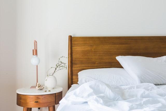 houten bedframe met nachtkastje