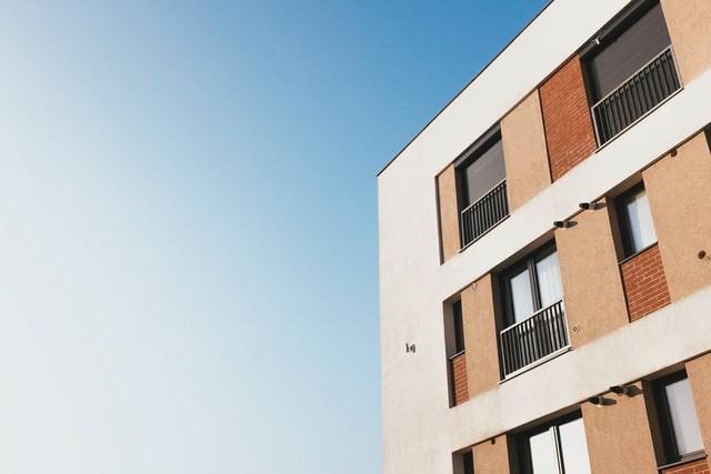 Appartementen met oranje luiken