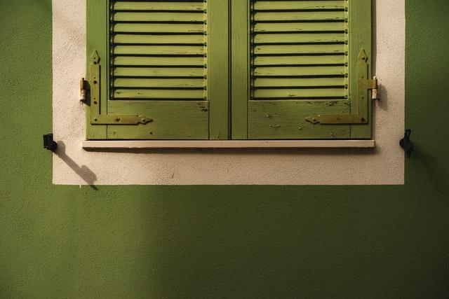 Groene muur met groene luiken