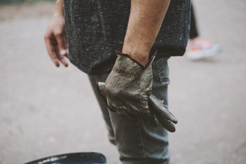 Man met handschoenen aan