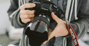 man met camera in handen