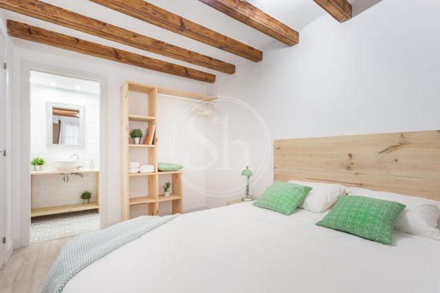 lichte slaapkamer met houten balken