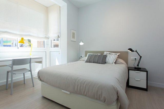 lichte slaapkamer met veel daglicht