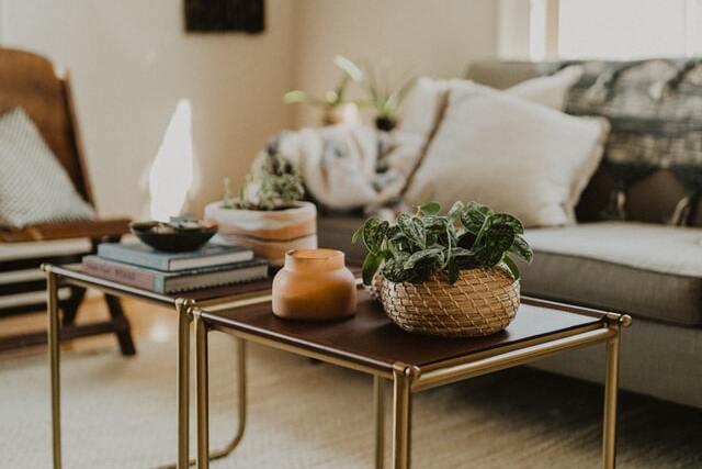 salontafels met decoraties