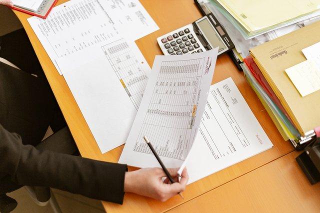 papieren en rekenmachine op bureau