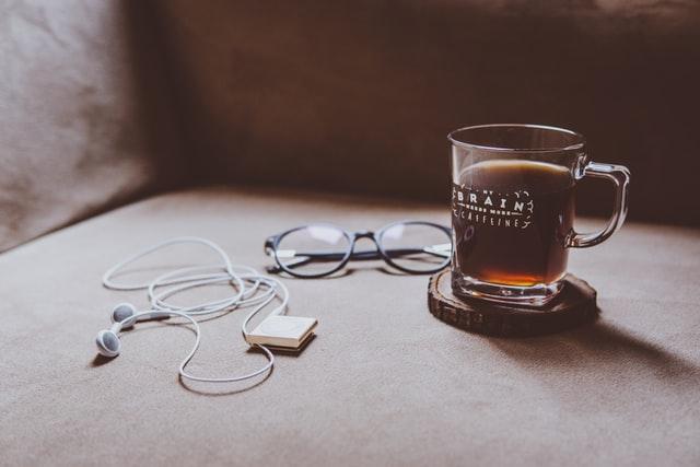 glas koffie bril en oortjes