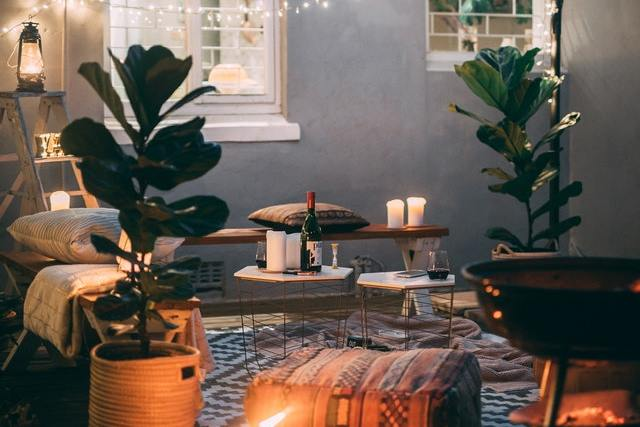 sfeerverlichting en planten in gezellige kamer