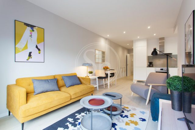 woonkamer met gele bank