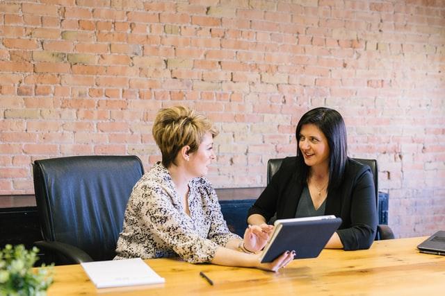 twee dames aan bureau met tablet