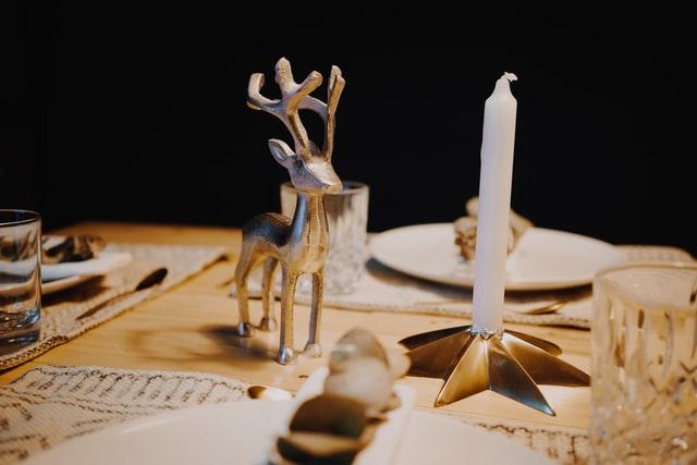 kerstdecoraties op tafel