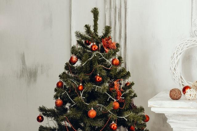 kerstboom met rode ballen
